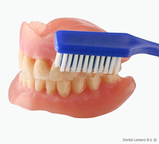 Cleaning of dentures_1
